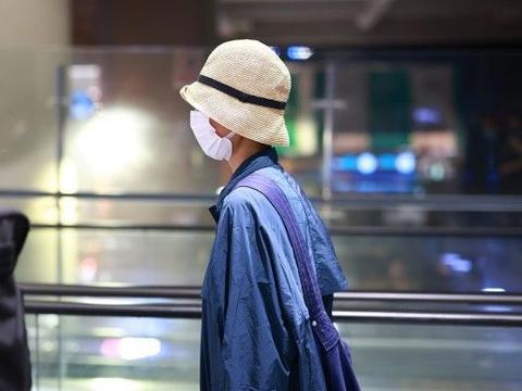 袁泉低调气质好,穿蓝色风衣搭休闲裤,看起来颇为好看呢!