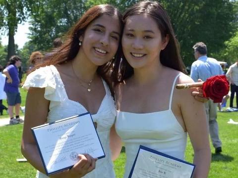 李连杰小女儿晒毕业照,穿小白裙肤白貌美太像利智