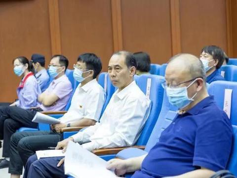 人大代表、政协委员、国资委领导及师生走进河南省法院旁听案件