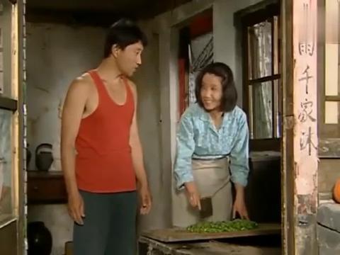 农村夫妻吃晚饭,几个菜团子加上蘸酱菜,还是蘸酱菜真好吃