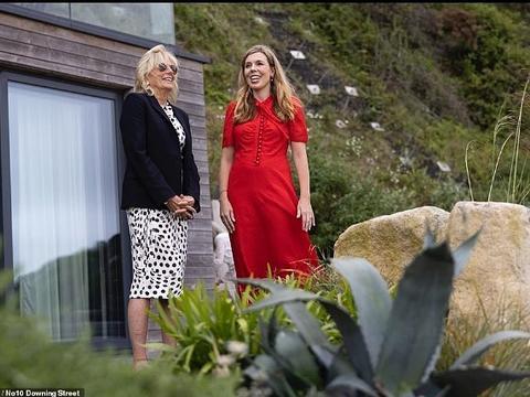 英第一夫人首秀,穿红裙抱儿子抢风头,与美第一夫人有同款萝卜腿
