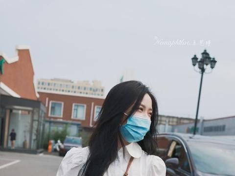 王艺瑾最新上班私服,身穿纯白娃娃领连衣裙搭配饼干鞋,温柔灵动