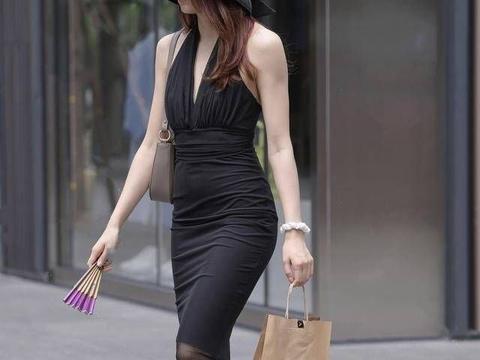 挂脖露背抹胸搭配打底裤,帅气利落完美修饰出女性的身材
