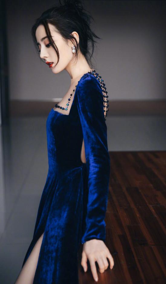 热巴现身盛典,蓝丝绒长裙气质好仙,29岁美貌持续在线