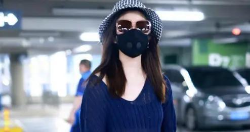陈晓老婆陈妍希又嫩了,穿针织衫配短裤走机场,透出内衣意外时髦
