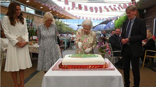 80后凯特穿纯色系变低调,9旬伊丽莎白最出彩