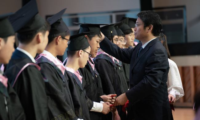 高考结束后,毕业典礼上校长变脸了,他说的讲话彰显了名校的格局