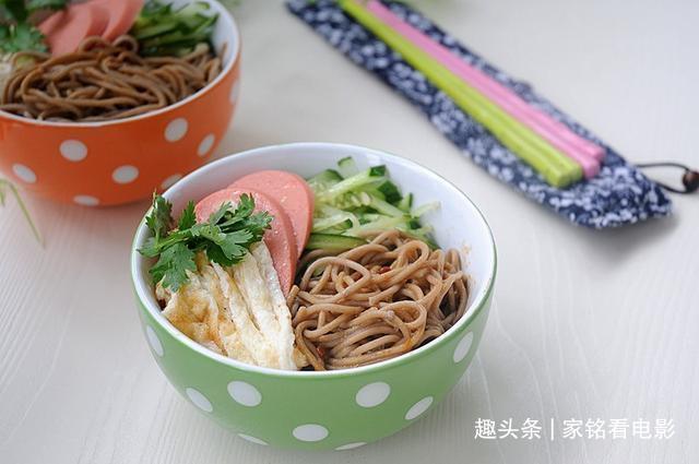 美食推荐:元宝红烧肉、奶汁烩生菜、猪肉炒大葱、荞麦冷面的做法