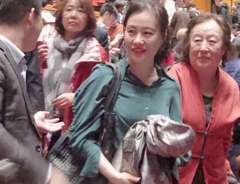 邬君梅和妈妈出游,个个都是纯天然衰老,朱曼芳80岁还这么漂亮!