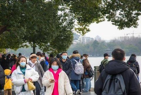 周末,杭州西湖游客剧增,有的地方人山人海,许多人还没戴口罩