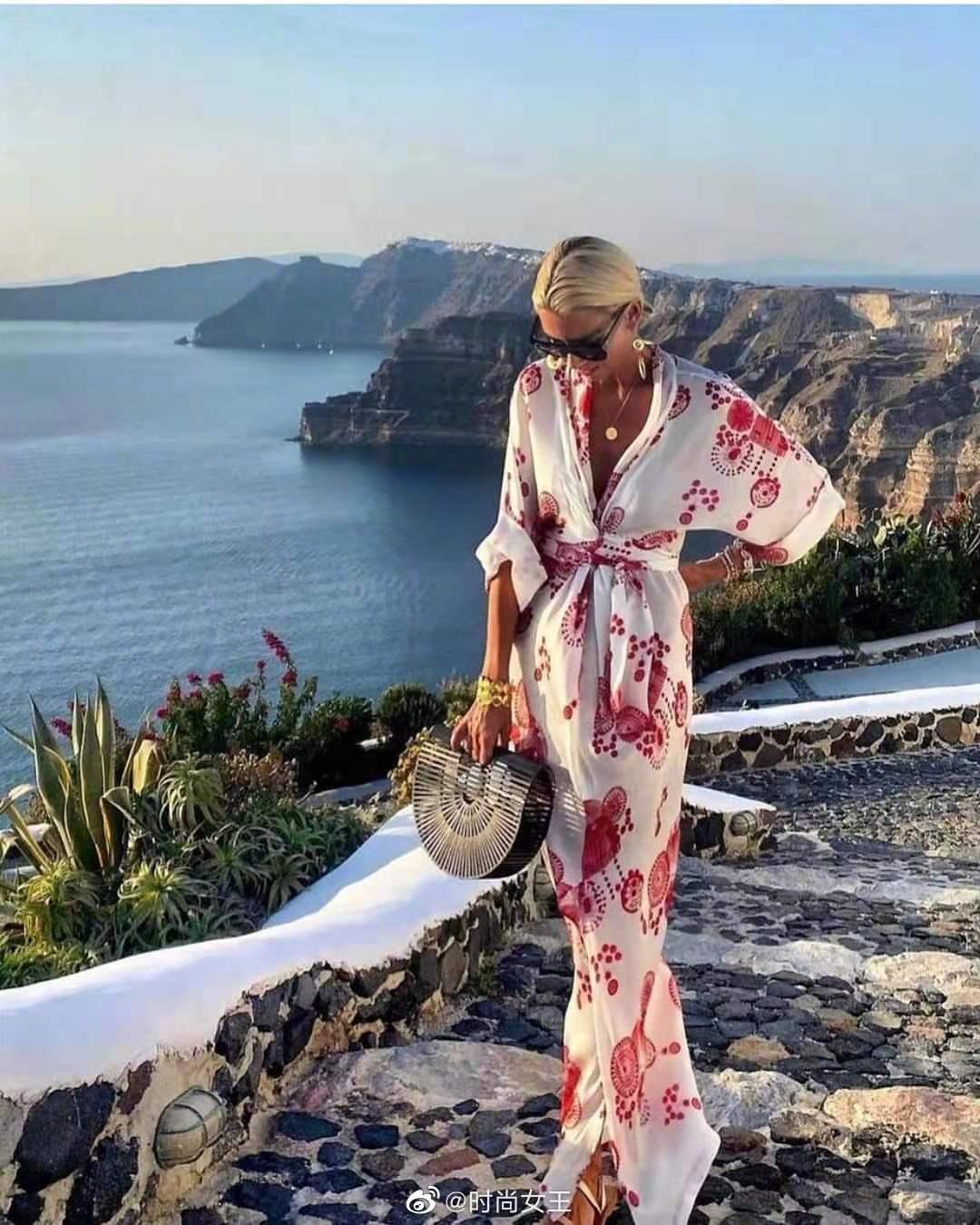 高级感满满的印花长裙,在时尚博主的演绎下,既浪漫又风情……