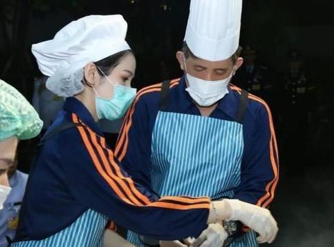 泰王携诗妮娜做爱心餐,穿情侣装秀恩爱,苏提达又要伤心了