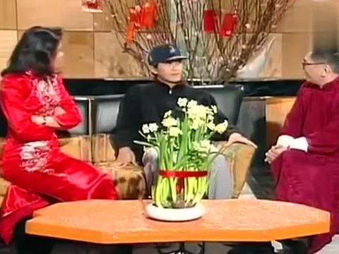 周星驰采访谈到好友梁朝伟,满脸的笑容