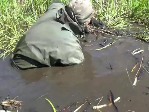 这么大的迫击炮弹一看就挺有威力,泡在水里几十年,危险还是有的