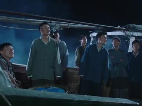 影视:敌军军舰轰炸特种兵的渔船,特种兵只能弃船而逃,情况不妙