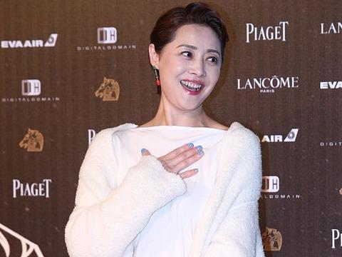 不要管50多岁的人叫奶奶了,刘蓓穿白裙化浓妆,气质又美又高级