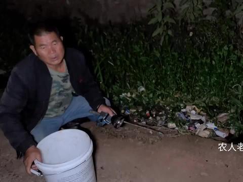 大叔听说臭水沟里有4斤的黄鳝,到沟边一看哎呀大叫,发现了啥?