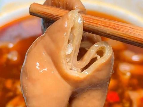 25年的老字号肥肠,重庆大石坝的著名路边摊,新鲜现煮、卤香四溢