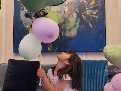 张亮晒照为女儿庆生!6岁妹妹模样太像天天,父母离婚后感情成谜