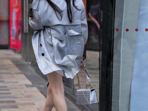 短款修身裙,搭配长款休闲开衫,凸显强大气场,打造御姐范儿