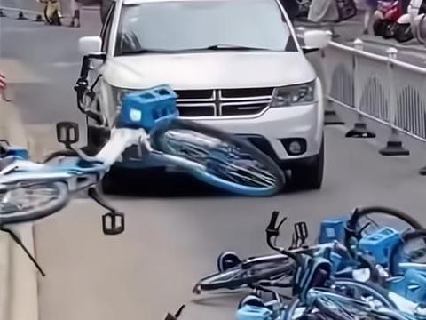 """江苏一大爷把单车扔到路中间,过往车辆被逼停,""""挡大爷扫地了"""""""