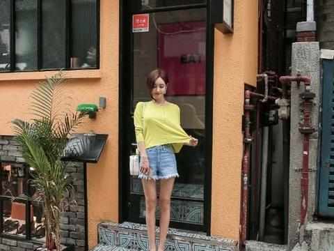 纯色的T恤搭配牛仔裤,漫步街头就很好看了
