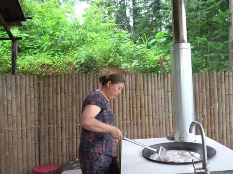 曾姨生日提前一天做卤味,一次煮上一大锅,刚出锅大伙就抢着吃