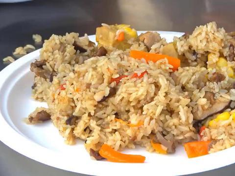 一斤羊肉两碗大米,倒进大铁锅焖10分钟,这样做出的羊肉饭真香!