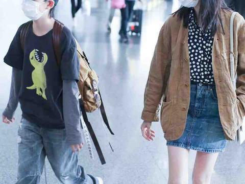 董洁独自携儿子走机场,穿衬衫+牛仔裙像小姑娘,和顶顶像姐弟