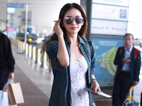 46岁林志玲机场照又亮了,优雅长裙配墨镜,傲娇身材让人着迷