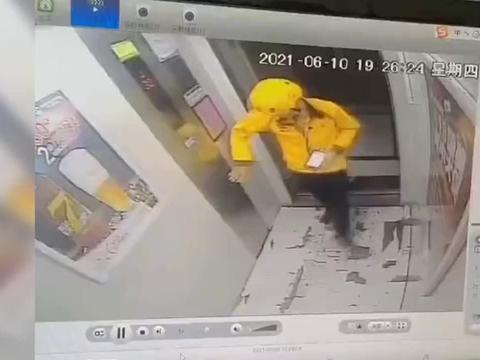监控曝光!外卖小哥电梯里大展拳脚:连踢轿厢24脚赔了15000元!