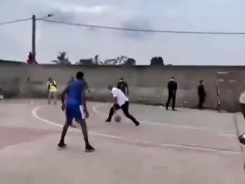 德罗巴现身街头篮球场大秀篮球技巧
