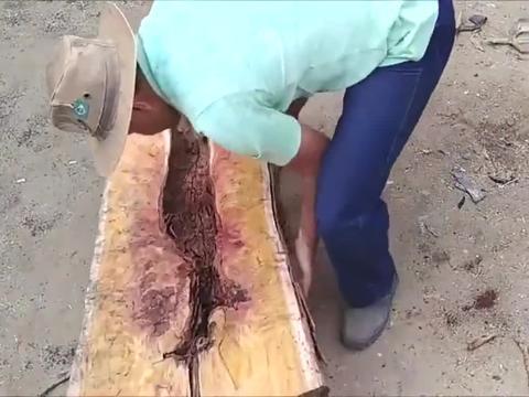 一截普通的原木,看越南木工如何改造成实木沙发的,这手艺太牛了