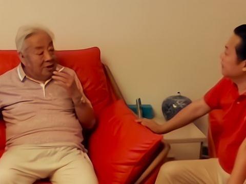82岁朱龙广满头白发却风采依旧