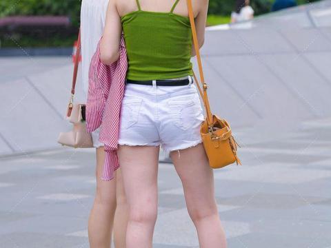 青春阳光的红黄蓝配色穿搭,亮丽显眼,明媚少女风