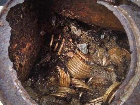农村夫妇打扫庭院挖到一个铁罐子,打开一看,吓的不知所错