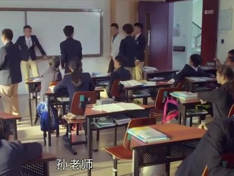 体育老师:孙老师重回讲台,立马就秀一段口语,同学们听呆了