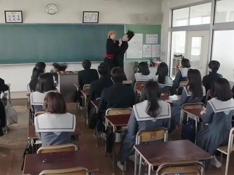 爆笑 你们两个第一天上大学就在讲台上打老师, 这是怎么情况
