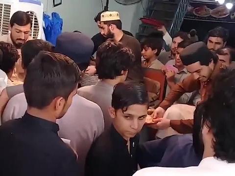 巴基斯坦特色小吃牛肉手抓饭,米粒绵长牛肉飘香,客人把店都挤满