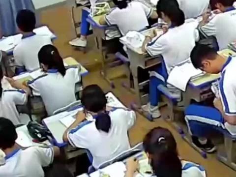 男生上课时突然偷吃零食,老师发现后一个举动引全班欢呼