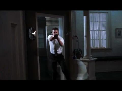 男子不小心打碎一个杯子,竟被妻子拿着霰弹枪追杀,太惨了