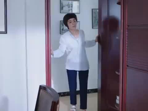 丽华来到房间东翻西找,丽华始终没找到笔记本电脑