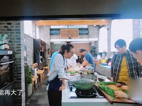 幸福三重奏:邓婕教吉娜切韭菜,教大家包饺子,为了吃饺子好辛苦