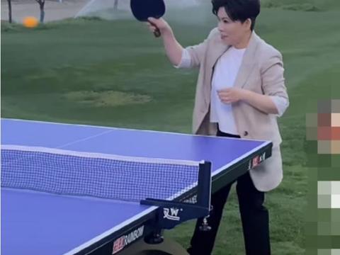 邓亚萍站大风中打乒乓球,身材娇小动作矫健,脚下杂物随地乱