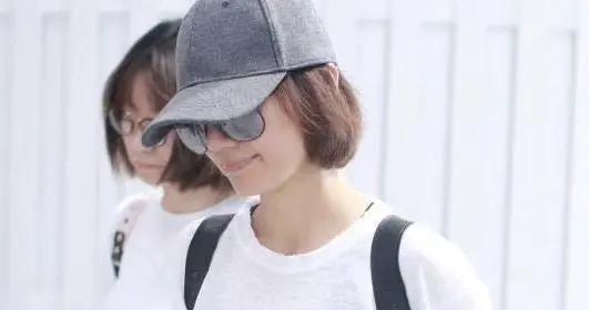 袁泉穿衣从不复杂,是简约穿搭践行者,最爱穿白T恤+牛仔裤走机场