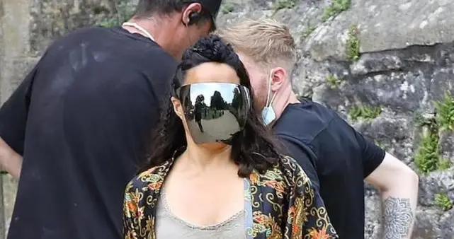 女演员罗德里格兹现身《龙与地下城》片场,头戴反光面罩引关注