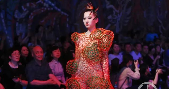 """昨晚惊艳全场的川美""""美术馆之夜""""时装秀,灵感其实源自一场享誉业界的古希腊风大秀"""