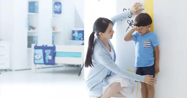 3岁以上的孩子,在这时间段喝牛奶,很容易影响身高,父母别再犯