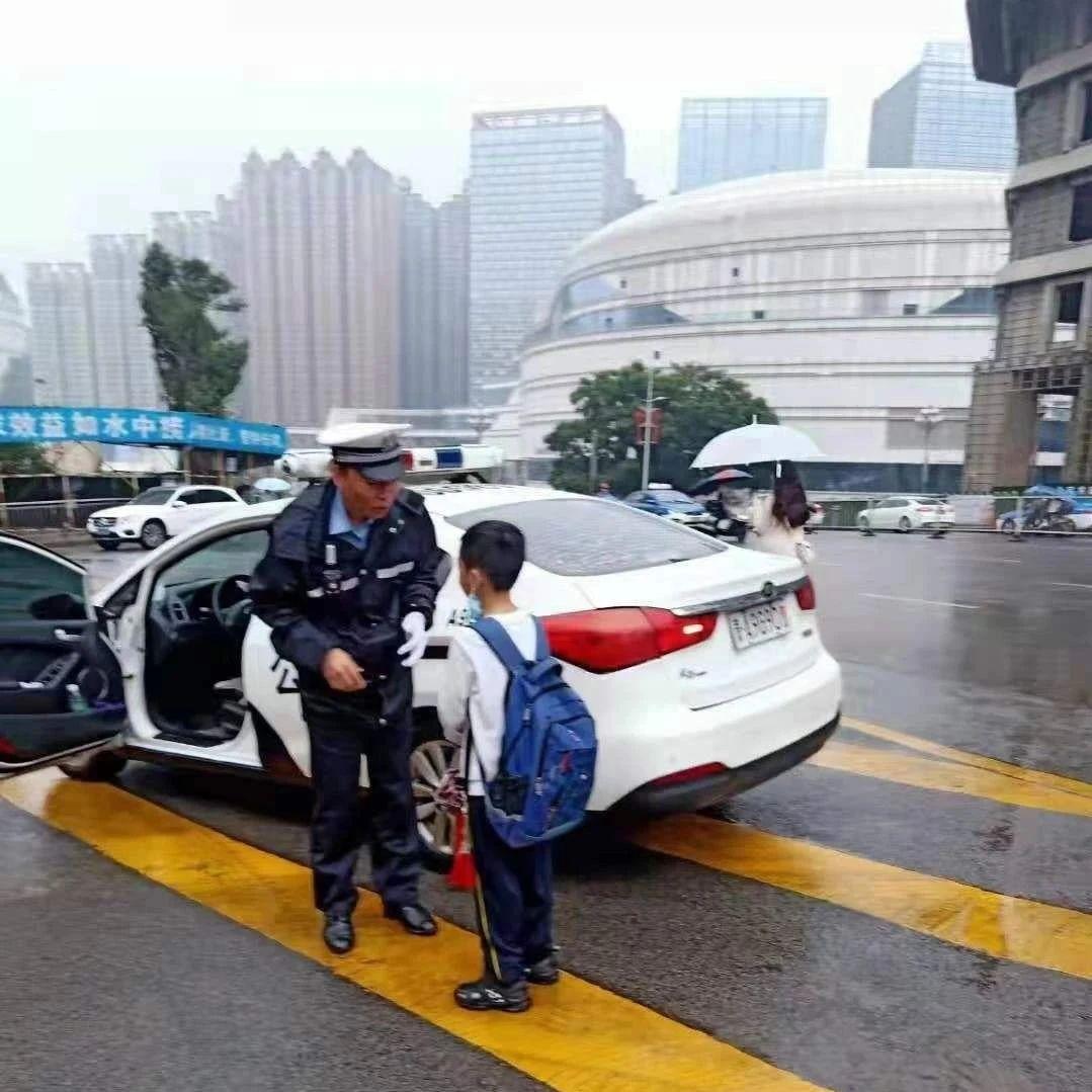 贵阳这个路口的红绿灯不简单:智能警示 有效避免事故发生
