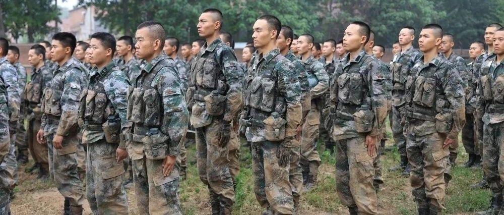 雨中,新兵结业考核